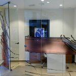 Puerta inoxidable-vidrio despacho poligonal